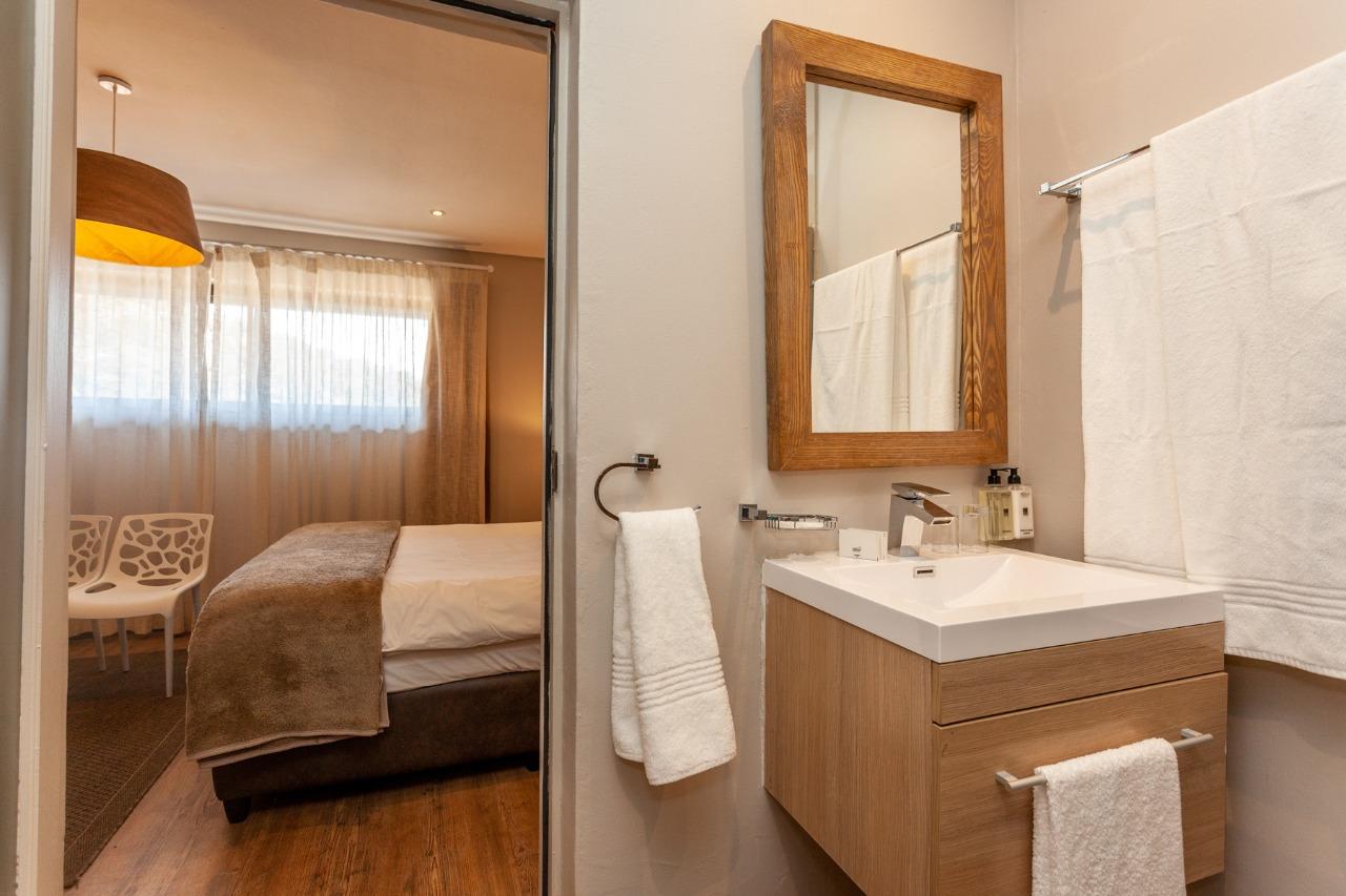 standardlodge-bathroom